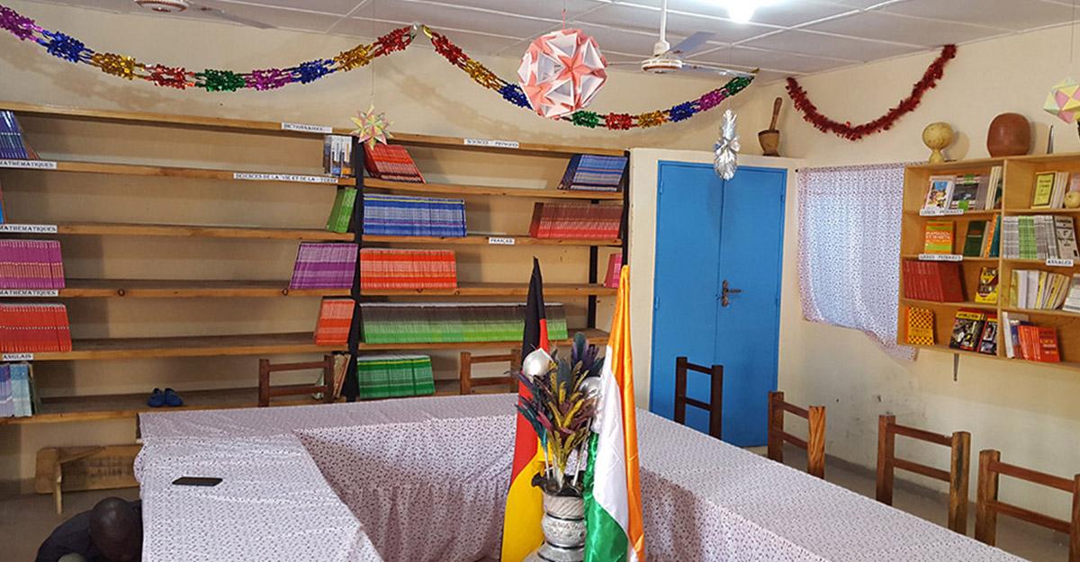 Einweihungsfeier des neuen Collèges in KARAKARA | Die neue Bibliothek