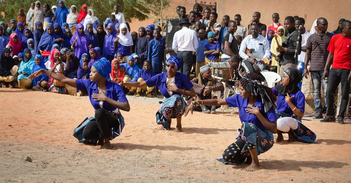Einweihungsfeier des neuen Collèges in KARAKARA | Tanzauftritt der älteren Schülerinnen