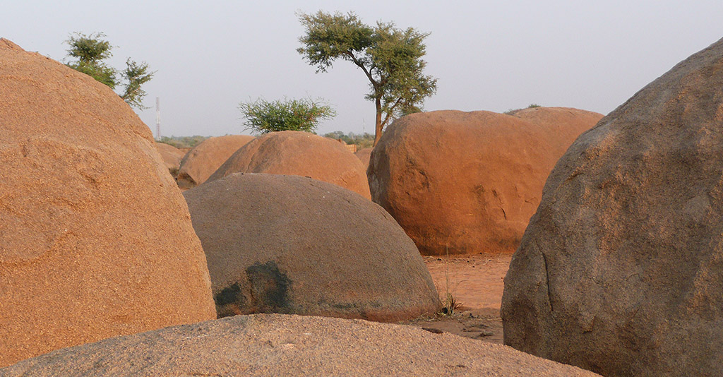 """""""Kartoffelberge"""": Zu Riesenkugeln verwitterter Granit in der Gegend von Zinder"""